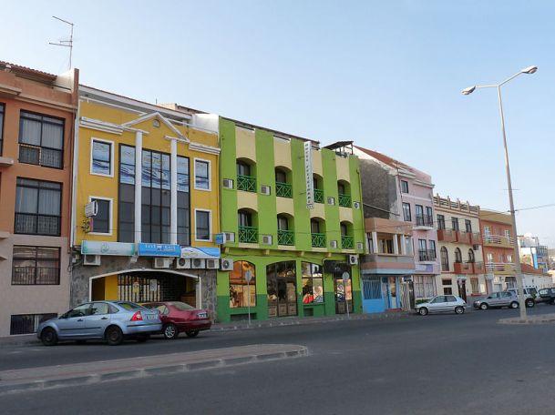 800px-Praia-Rue_colorée.jpg